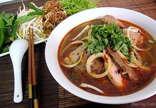 Cách nấu bún bò giò heo mang đậm hương vị miền Trung