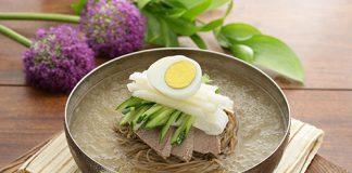 Mỳ lạnh đơn giản với dưa chuột và trứng