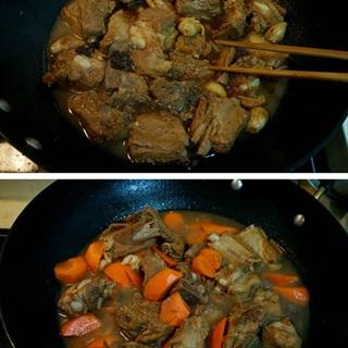 Cho cà rốt vào khi sườn đun sôi 30 phút
